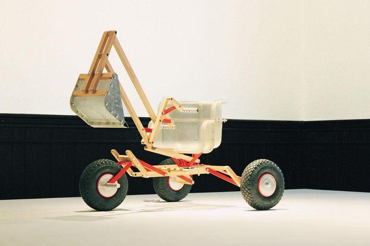 OS Sand Digger, ruspa per sabbia disegnata da Ricardo Carneiro e Tristan Kopp. Fa parte del progetto del 2011 OS Kid's Toys, che ha coinvolto designer, artigiani e studenti nell'invenzione di giocattoli — tra cui uno slittino, una sedia e un'altalena — costruiti utilizzando componenti del precedente progetto OS BlocBox (di Thomas Lommée e Jo Van Bostraeten). Photo courtesy of Intrastructures