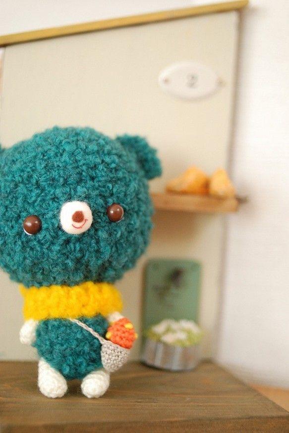 かぎ針編みのくまのアイデア♡ブルーグリーンに黄色いマフラーが映える☆