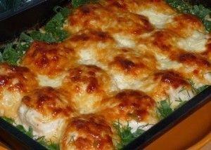 Куриные шарики в сливочном соусе  Ингредиенты:  500 г куриного филе 1 луковица 1 яйцо 3 зубчика чеснока 200 мл сливок 150 г твердого сыра  Приготовление:  1. Куриное филе слегка отбить и мелко порезать, затем добавить мелко шинкованный лук, посолить, поперчить, влить взбитое в пену яйцо и хорошенько перемешать. 2. Форму для запекания смазать жирными сливками. Из приготовленной массы формировать небольшие шарики и выкладывать их в форму. Запекать в разогретой до 180ºС духовке 10-15 минут. 3…