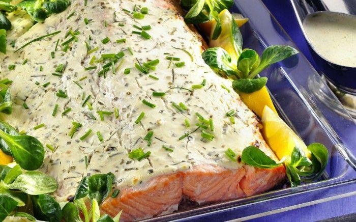Krämigt täcke av färskost och vitlök förgyller laxen. | Herb and creme cheese covered salmon