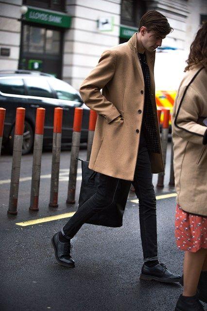 2016-02-15のファッションスナップ。着用アイテム・キーワードはコート, チェスターコート, デニム, ドレスシューズ, 黒パンツ,etc. 理想の着こなし・コーディネートがきっとここに。| No:138647