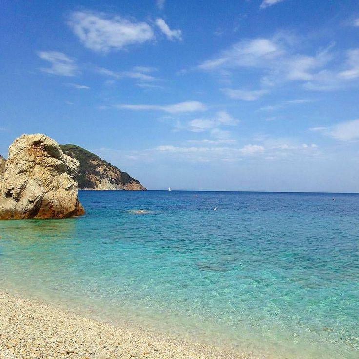 Spiaggia la #sorgente accanto alla spiaggia di #sansone a #portoferraio nello scatto di @martinastefani. Continuate a taggare le vostre foto con #isoladelbaapp il tag delle vostre vacanze all'#isoladelba. http://ift.tt/1NHxzN3
