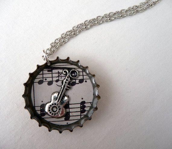 Bottle Cap Charm Necklace - folk guitar and music notes (wie heeft er nog kroondoppen voor me?)