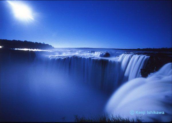 悪魔の喉笛(イグアスの滝 ブラジル・アルゼンチン/2007年)月の光を撮影した美しい写真