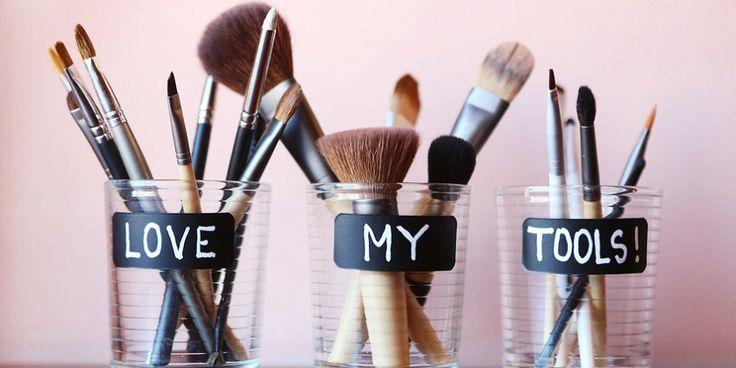 Niet alleen voor een schilder of een timmerman is gereedschap belangrijk. Ook voor het aanbrengen van make-up geldt: goed gereedschap is het halve werk. Je kwasten blijven in goede conditie als je ze schoon maakt. Twee handige video's: Video 1: Zo maak je je kwasten schoon Video 2: Zo maak je make-up kwasten weer fris…