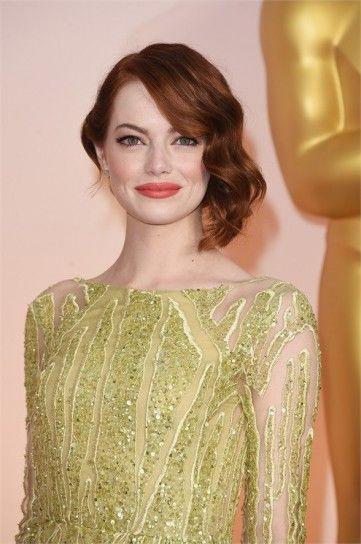 Emma Stone semiraccolto ad onde e rossetto in evidenza Oscar 2015