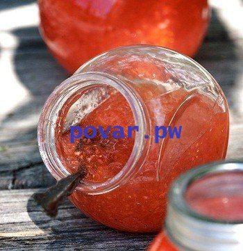 Джем из клубники и апельсина   Этот рецепт также предназначен для заморозки и делается в небольших количествах. Прелесть таких джемов в том, что можно экспериментировать с нестандартным сочетанием ингредиентов с последующим применением их для приготовления десертов. Чаще всего используется как начинка для пирогов.  Вам понадобится:  клубничное пюре — 350 г апельсин — 1 шт. лимонный сок — 50 г кленовый сироп -150 г сахар — 150 г воды — 150 г пакетик пектина — 57 г  1. Очистите апельсин от…