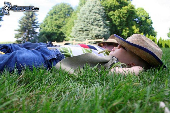 gyerekek, alvó baba, rét, fű, fák, kalap