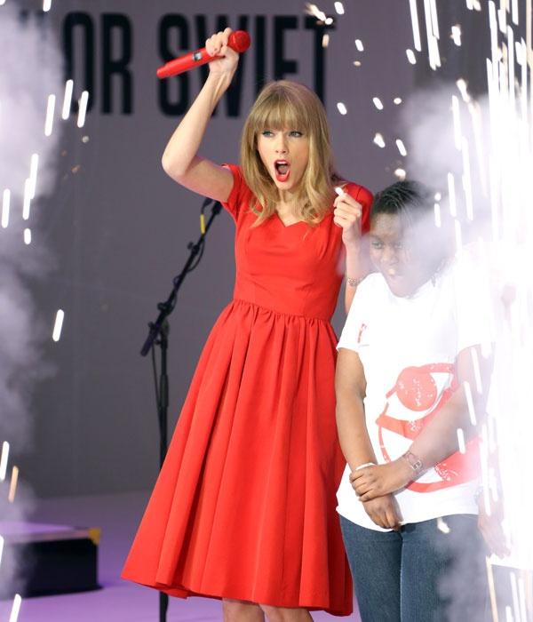 Christmas Lights Glisten Taylor Swift: Best 16 Ariana Grande Concert Outfit