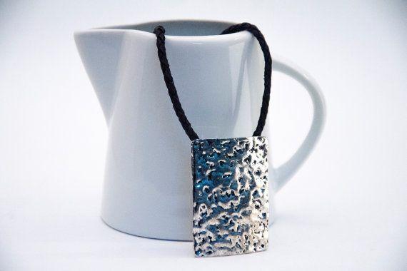 collar de cuero negro trenzado con rectangulo plateado por yotoko