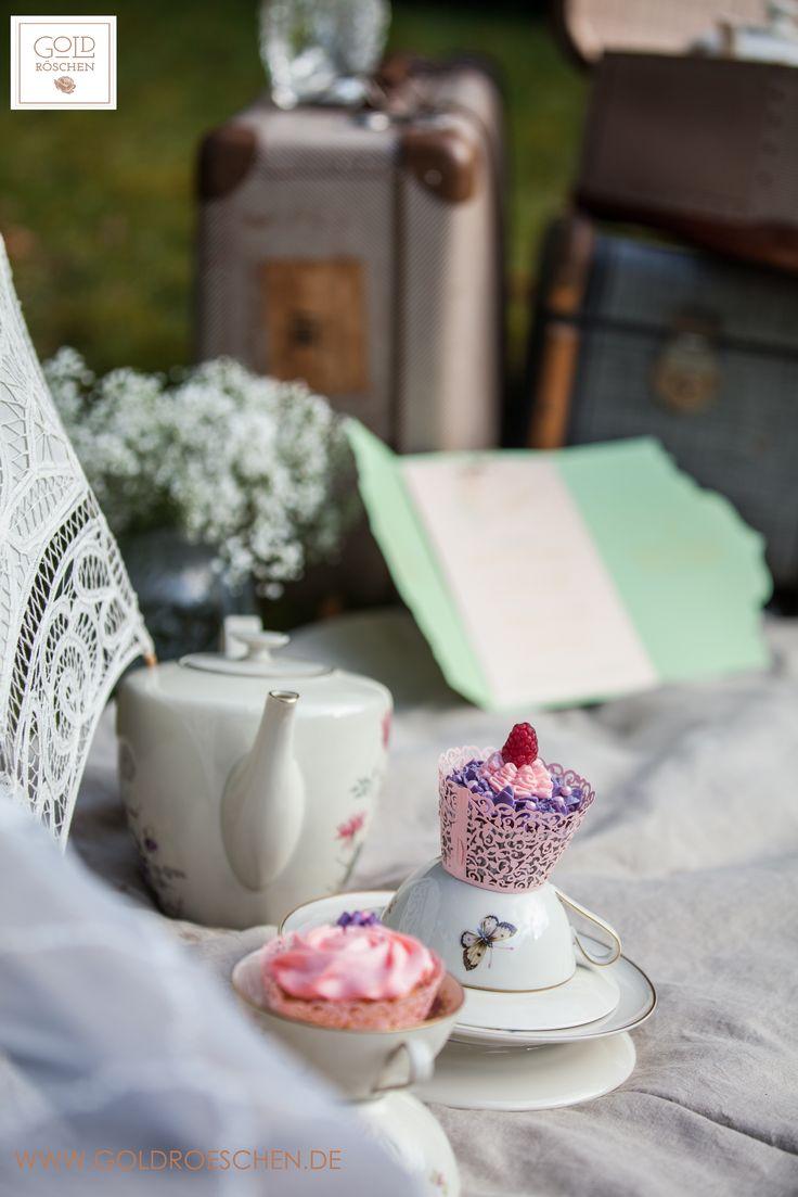 Bridal Tea Party in the garden. #bridal #bride #Team #picknick #picnic #tee #geschirr #Porzellan #instabraut #Schmetterlinge #teaparty #Butterfly #Vintage #koffer #spitze