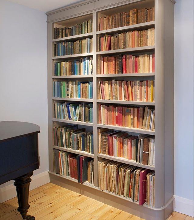 Books Arranged By Colour On This Bespoke Inglis Hall Curved Edge Bookshelf Bookshelf Bespokebookshelf Bespokearchitectural Bookshelves Shelves Pretty House