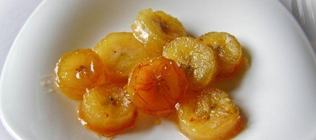 Десерт бананы жареные в карамели ========================== Соблазнительный десерт быстрого приготовления - бананы жареные в карамели, в том числе с корицей, медом или коньяком. Весьма актуально к Новому Году :-)