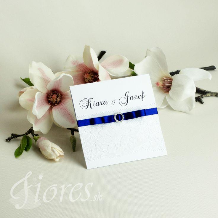 Elegantné svadobné oznámenie v bielom prevedení v kombinácii so štýlovou kráľovskou modrou. Oznámenie je vyrobené z kvalitného bieleho výkresu vysokej gramáže otvárateľné smerom hore. #weddingcard #wedding  #invitation #fiores #fioressk