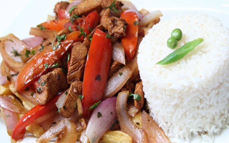 El lomo saltado es uno de los platos más populares y sabrosos de la rica cocina peruana, preparálo fácilmente con nuestra receta ilustrada paso a paso y sorprende a tus seres queridos. No habrá semana que no repitas la experiencia.