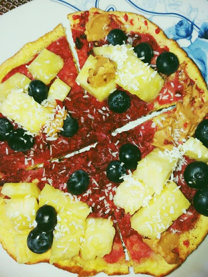 omletos z malinami ananasem borówkami posypane wiórkami kokosowymi