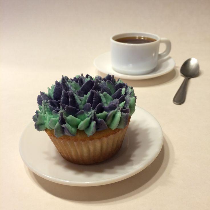 Cupcake de base de vainilla con cobertura de buttercream color violeta con toques turquezas #jotacakes #cupcake #coffee #bakery #reposteria #sugar #cute #tasty #coffeetime #buttercream