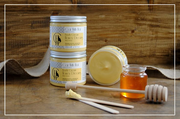 ▲Honey Dreams▲ Κρέμα Σώματος: Μέλι -200ml (Με Λάδι Ελιάς Οργανικής Καλλιέργειας-Έλαιο Αβοκάντο-Αλόη Βέρα-Βούτυρο Καριτέ)  Απαλή κρέμα με πλούσια, βελούδινη υφή για το σώμα. Περιέχει λάδι ελιάς οργανικής καλλιέργειας πλούσιο σε αντιοξειδωτικά συστατικά, όπως οι πολυφαινόλες, το οποίο αποτρέπει την πρόωρη γήρανση της επιδερμίδας. Το έλαιο αβοκάντο και το βούτυρο καριτέ,πλούσια σε λιπαρά οξέα και βιταμίνες, ενυδατώνουν και χαρίζουν ελαστικότητα και μεταξένια υφή