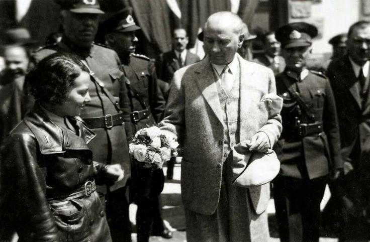 """TARİHTE BUGÜN..28 Ağustos 1938 - Atatürk'ün, Dolmabahçe Sarayı'nda Sabiha Gökçen'i kabulü ve söyledikleri:  """"30 Ağustos'u bensiz kutlayacaklar! Oysa o kadar isterdim ki törene katılmayı.. Çocuklarımızı görmeyi, modern araç ve gereçlerle donanan ordumuzun geçişini görmeyi.. Biliyor musun Gökçen, bayrağımızı da özledim; onun şöyle anlı şanlı dalgalanışını, göklerle bütünleşmesini."""""""