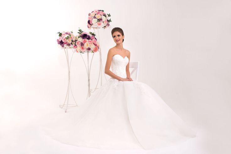 Nádherné korzetové svadobné šaty bez ramienok so širokou sukňou