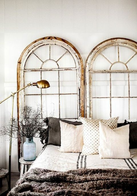 Une tête de lit faite avec des fenêtres
