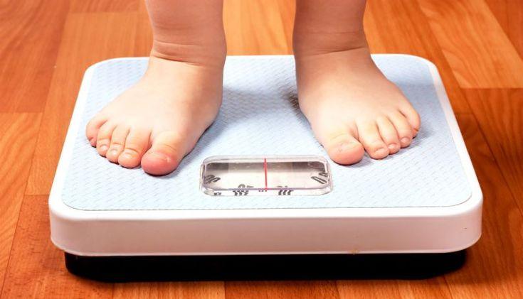 Durante a infância, os hábitos dos pais influenciam diretamente na vida dos filhos. E é por falta de bons exemplos dentro de casa que, muitas vezes, os pequenos acabam se alimentando mal e atingindo o sobrepeso ou até a obesidade, que traz muitos problemas à saúde.Apesar de muitos pais negligenciarem esse problem