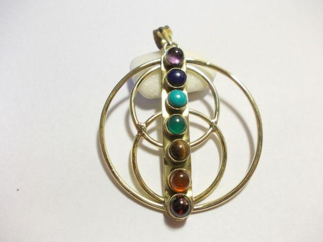 Ciondolo con le 7 pietre del chakra a forma di spirale. Disponibile in ottone (lega di rame e zinco) oppure ottone argentato (lega di rame zinco placcato argento).100% anallergicoLe pietre sono