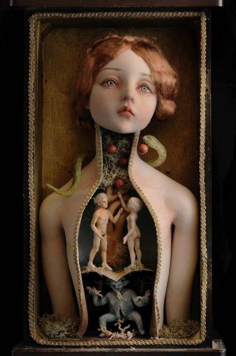 Bambole surreali che svelano un mondo inquietante al loro interno