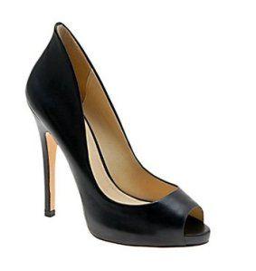 MagassarkúTalán mindenki tudja, mennyire jól áll a magassarkú cipő az alacsony lányoknak. De nem mindegy, milyen ez a cipő. A mostanában annyira divatos sűrű keresztpántos cipők és szandálok megtörik a láb hosszát, így alacsonyabbnak fogsz bennük tűnni.   Ezért válaszd a klasszikus magassarkú cipőket, amelyek minnél többet megmutatnak a lábfejből.