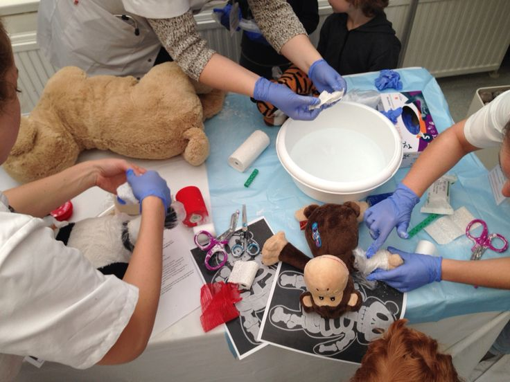 Bezoek AZM Maastricht met kleuters .Project Berenziekenhuis georganiseerd door eerstejaars geneeskunde studenten.De gipskamer