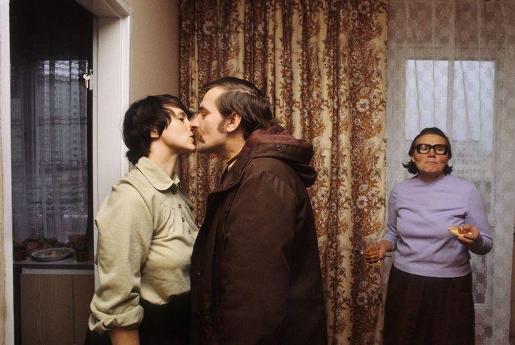 Lech Wałęsa całuje żonę Danutę przed wyjściem do pracy, 1980