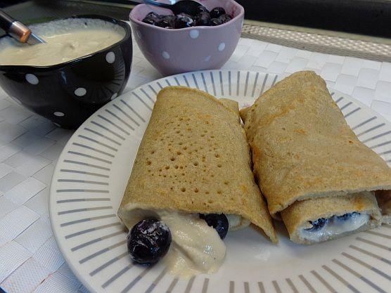Gezonde Boekweit pannenkoeken met vanillecrème (van oergezonde en superlekkere CASHEWNOTEN!) en blauwe bosbessen - legally raw