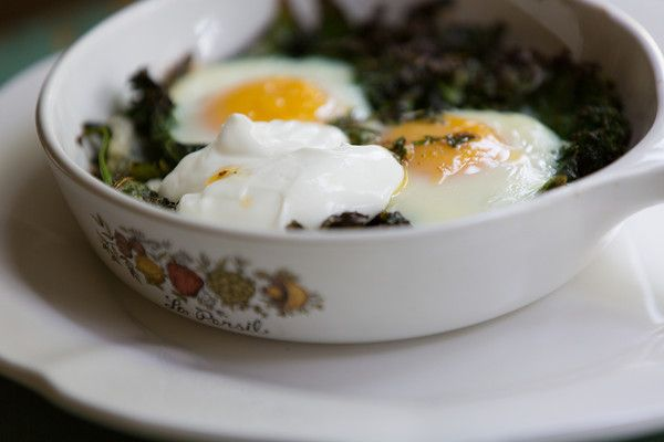 Skillet Baked Eggs with Spinach, Yogurt and Chili Oil | Baked Eggs ...