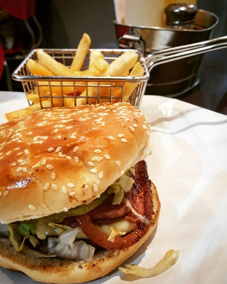 Qué Tal Un Delicioso Combo de Hamburguesa Con Cebolla Grillé? #yocomodondelosprimos #foodporn #cedritos #bogota #yummy #tastingbogota #tasting #tasty #bogotafood #bogotafoodie #colombiafoodblogger #domicilios #gratis #comida #burger