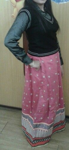 My new creation .. black shirt top paired wid a long maxi skirt designed by me :) :)