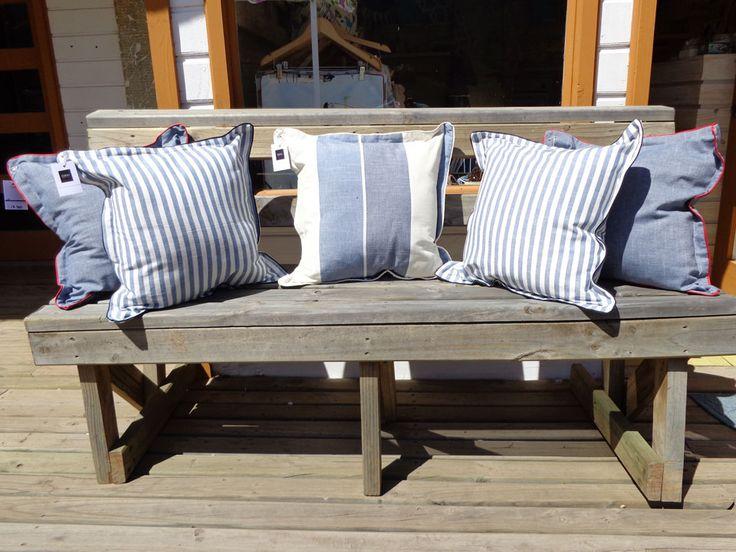 Set de 5 fundas de cojín confeccionadas en fino algodón español, textura similar al lino. En el borde inferior tienen cierre.