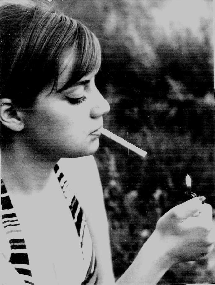 https://i.pinimg.com/736x/58/bf/22/58bf22725adf636a3379facac3508685--women-smoking-smoke.jpg