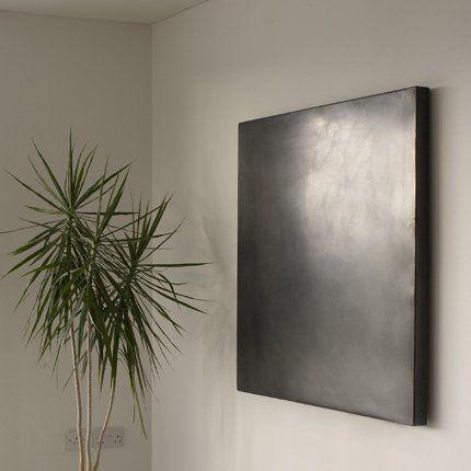 Radiateur noir Gong - Worldstyle design. Ce radiateur évoque un tableau d'art contemporain. En acier, il se décline en 4 finitions effectuées avec soin par des artisans spécialisés. Il peut être réalisé sur mesure et sa puissance démarre à 500 W. Il est disponible en mode eau chaude ou électrique. Prix indiqué à partir de. Dim :  sur mesure