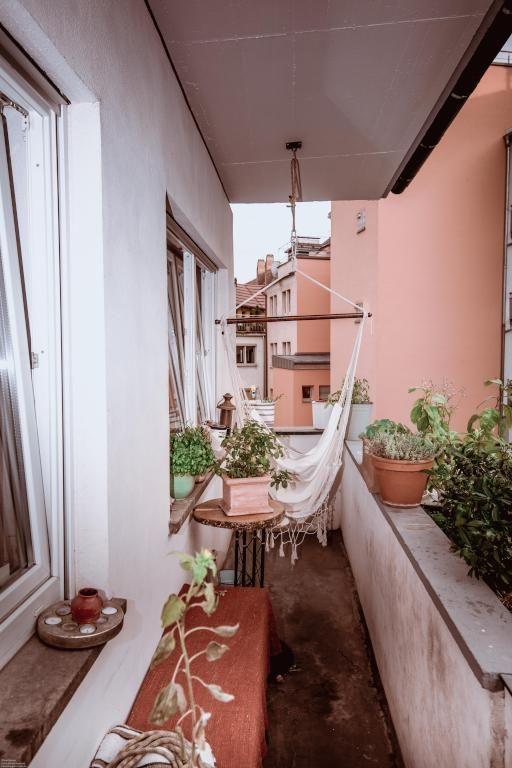 Den Balkon kann man im Sommer mit einfachen Mitteln verschönern! Ein paar Pflanzen sind eine schöne Sommerdekoration! #sommer #deko #sommerlich #dekoration #pflanzen