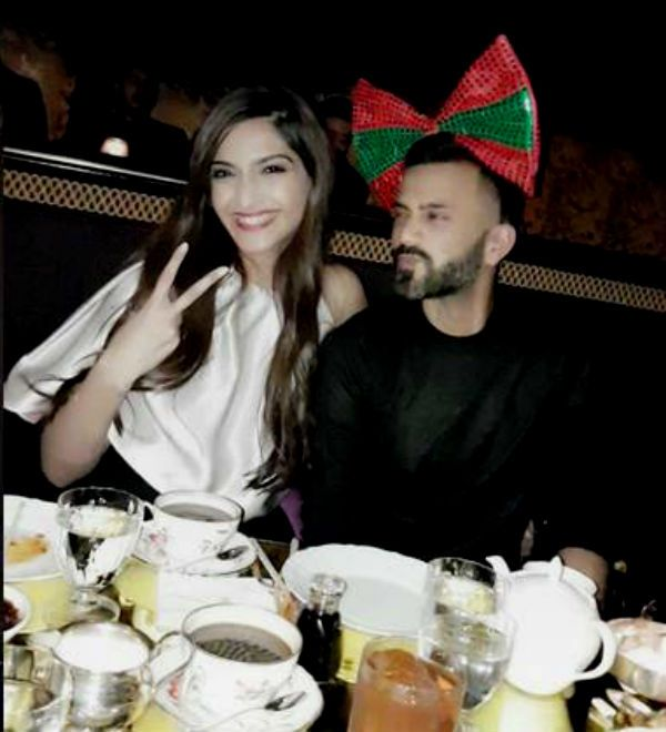 Sonam Kapoor celebrates her one year dating anniversary with Anand Ahuja like a teenage lover #FansnStars