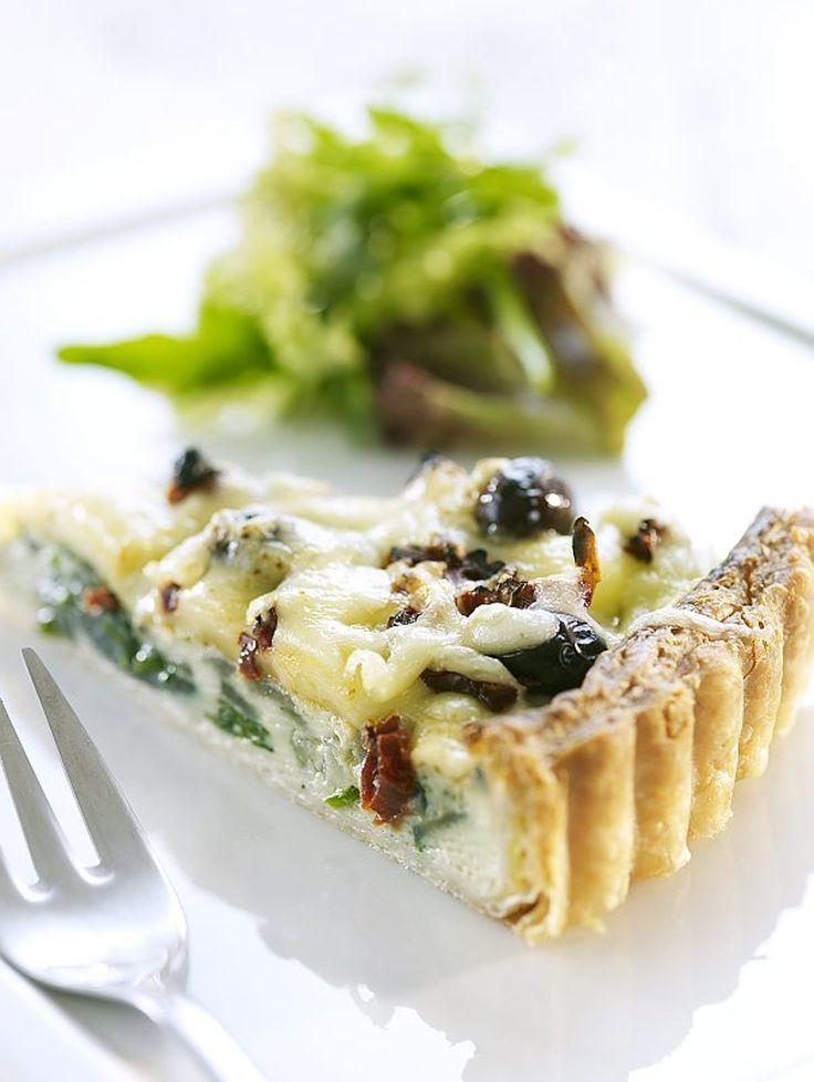 Pai passer til mange anledninger og kan fylles med nesten hva som helst. I denne ostepaien er det fersk spinat, soltørkede tomater og oliven. Ved siden av smaker det godt med en grønn salat og vinaigrette.
