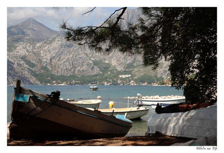 Siesta in Montenegro. Aan de baai van Kotor in Montenegro troffen we dit mooie uitzicht over de baai met rechts op het bootje een meneer die van zijn siësta aan het genieten was.....