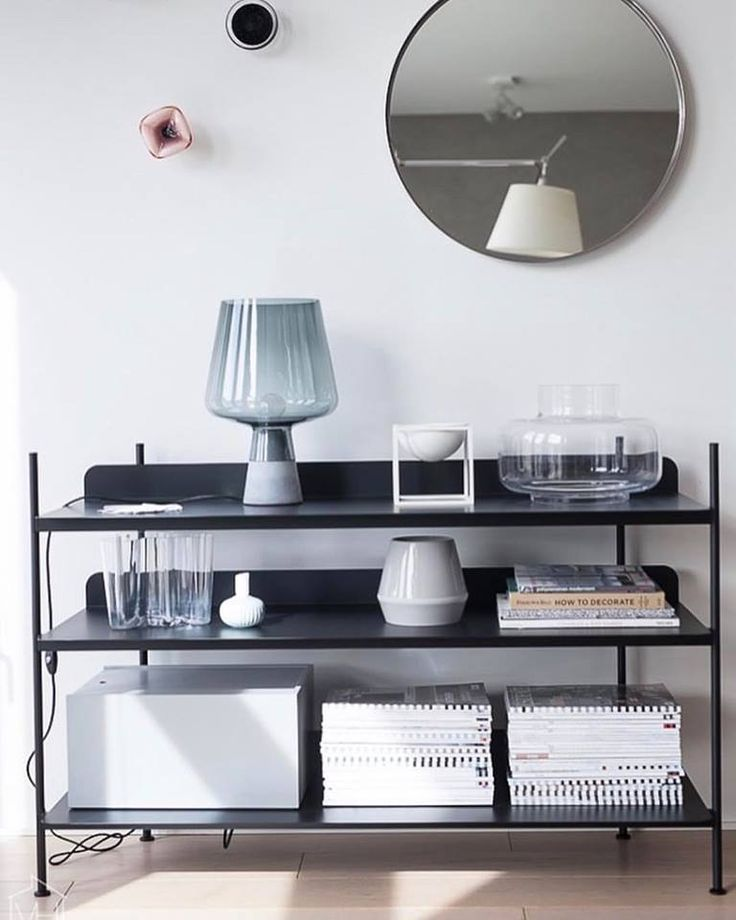 The short Rimm vase in cool grey nestles amongst the objects at home with @suvim_valkoinenharmaja.⠀