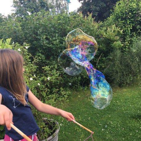 DAS REZEPT, mit dem man ganz einfach XXL- Riesenseifenblasen zu Hause machen kann. Eignet sich auch für normale Seifenblasen / Seifenblasenmaschinen ! :-)