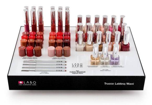 table-display-make-up-labo-196365529-657808090.jpg (581×400)