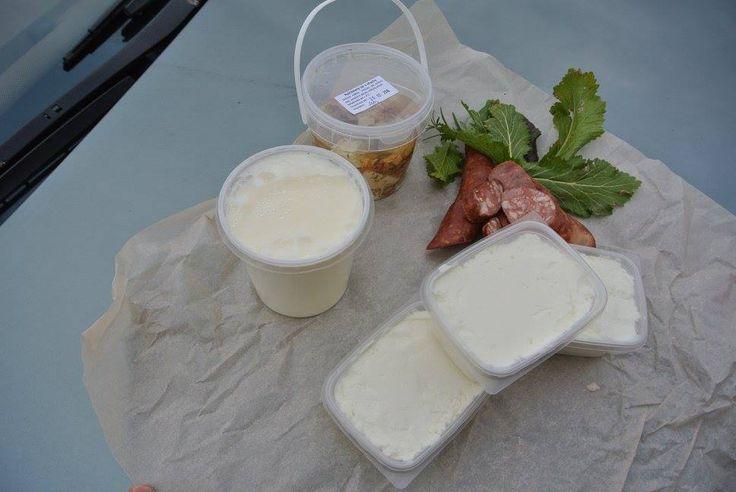 Naše úlovky - jogurt, nakladaný sýr a tvaroh z Bláhova dvora (můžeme se těšit na polotrvdé sýry i romadůr), uzeniny od pana Lišky a křenová bylina od paní Markové.  http://www.thir.cz/