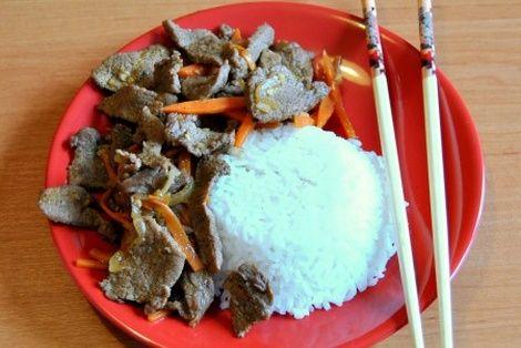 Wołowina Po Syczuańsku to potrawa godna spróbowania. Przepis na wołowinę przygotowaną w stylu chińskim można znaleźć na naszej stronie z przepisami