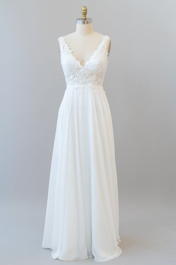 Robe De Mariee Boho Dentelle V Decollete Avec Jupe En Etsy In 2020 Simple Wedding Dress Casual Wedding Dress Necklines V Neck Wedding Dress