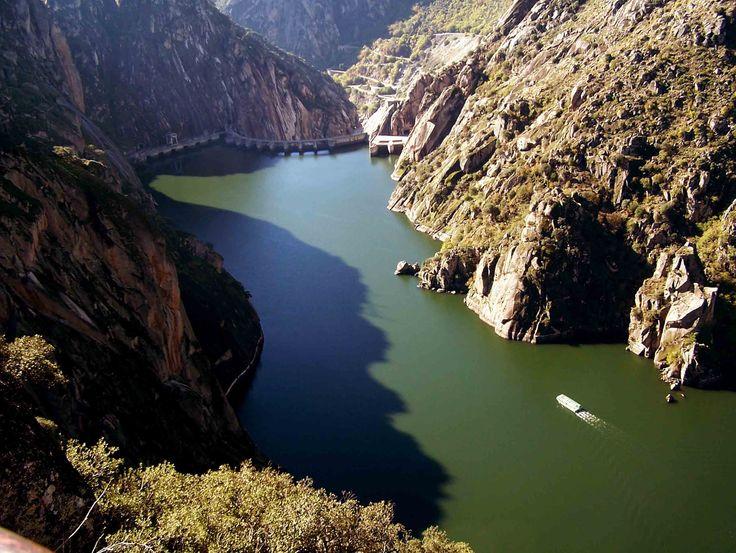 """El Crucero Ambiental """"Corazón de los Arribes"""" es la mejor forma de disfrutar del mayor cañón de España, formado por el tremendo suceso geológico que originó que el Río Duero pasara a verter sus aguas en el Atlántico. Las dimensiones del cañón son impresionantes como puede verse en la fotografía."""