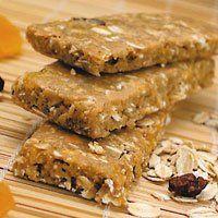 Barras de proteína com whey protein Ingredientes: 3 xícaras de aveia; 2 colheres de granola; ½ xícaras de manteiga de amendoim; 1 xícara de leite